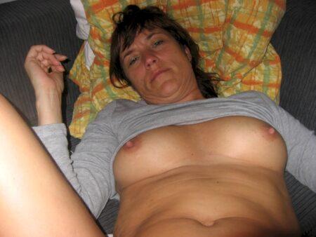 Femme seule qui a une grosse envie