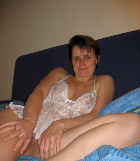 Salope sexy réellement mignonne cherche un gars expérimenté